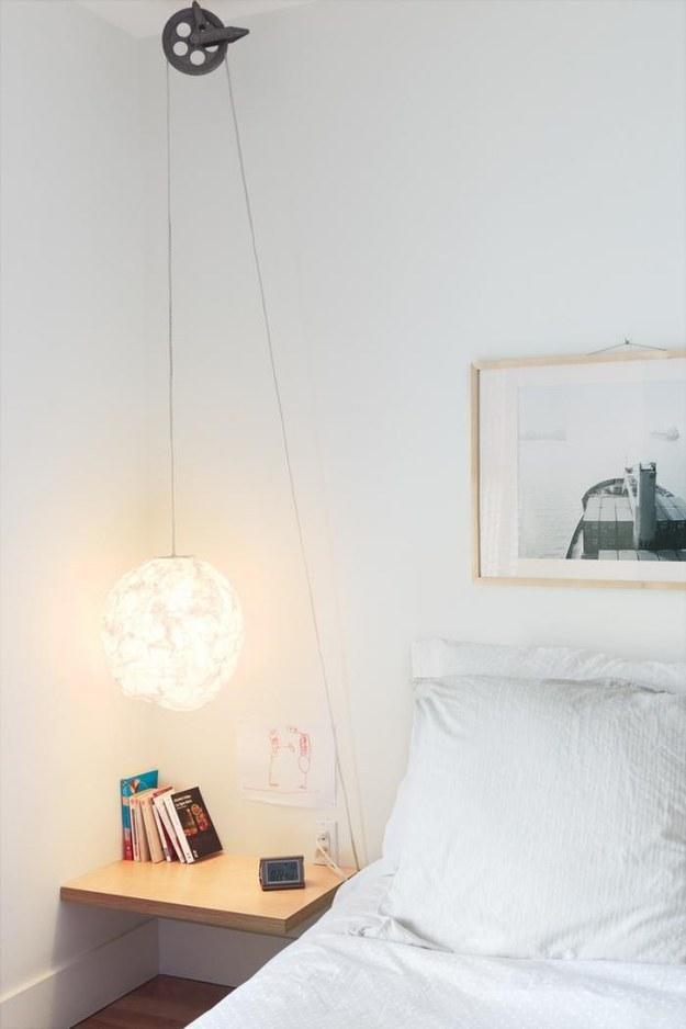 11. 裝設一個不錯的床邊小燈,讓你不用起床關燈。