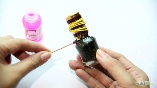 11. 使用指甲油去除劑來打開黏住的指甲油瓶蓋。