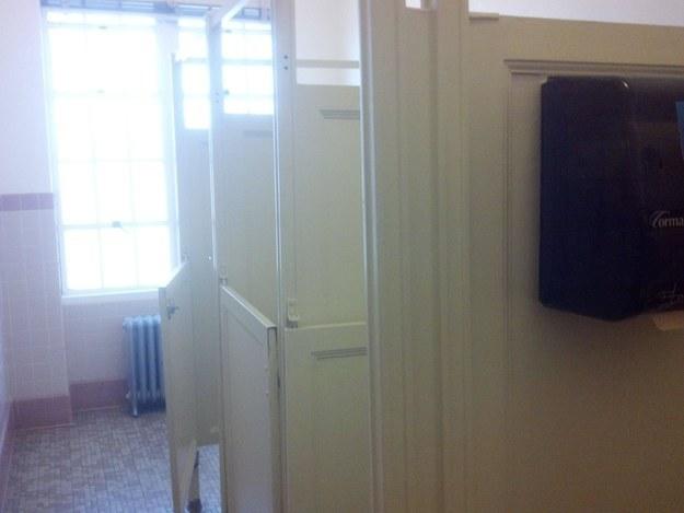27. 還有這個非常不給人隱私的廁所。