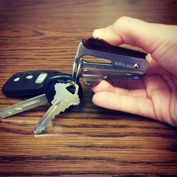 9. 用除針器來打開鑰匙圈。