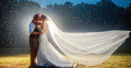 雨天結婚很掃興?這24對情侶證明給你看為什麼你該在雨中結婚!