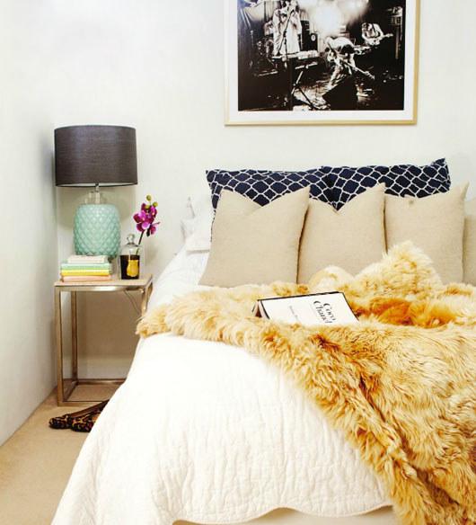6. 在床鋪上層鋪一張人造毛皮,會讓你整個床鋪立刻增添好萊塢式的奢華感。