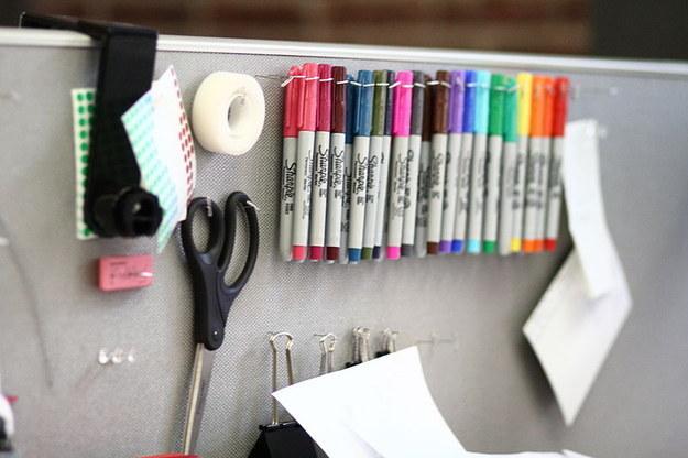 26. 用T字大頭針來DIY一個掛物板,也可以好好整理所有用品。
