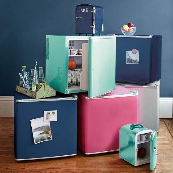 47. 在桌子下放一個小小的冰箱。