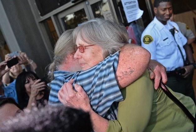 另外一位女兒,39歲的Julie Carroll,還帶了Mellen的孫子去她被釋放的那天,讓她可以第一次抱到她的孫子。