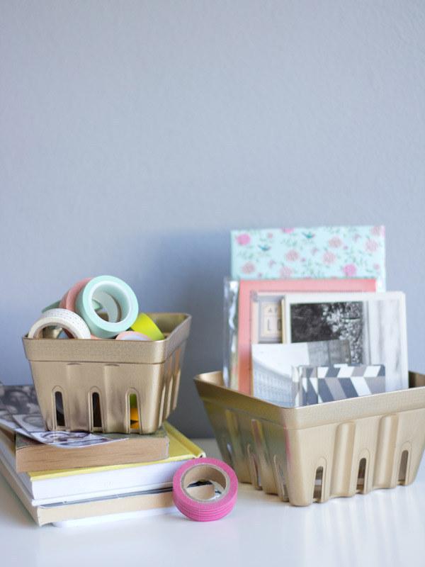 35. 把一些裝櫻桃的籃子、飲料的杯架噴漆,來放置一些的東西。