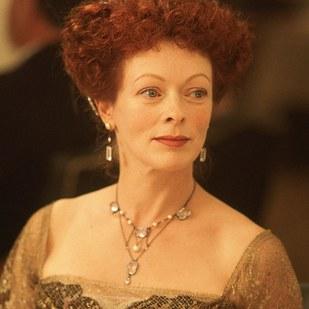法蘭西絲費 (Frances Fisher) 飾演 Ruth DeWitt Bukater (蘿絲的老媽)