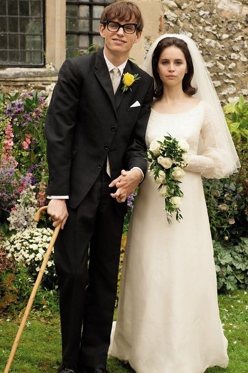 23. 艾迪·瑞德曼和菲麗希緹·瓊斯飾演《愛的萬物論》的史提芬·霍金夫婦 (Eddie Redmayne and Felicity Jones as Jane and Stephen Hawking in The Theory of Everything)