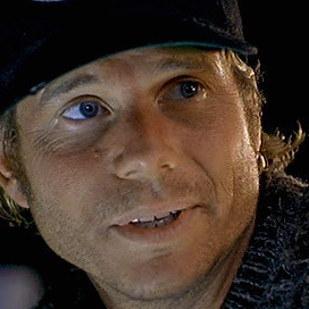 比爾派斯頓 (Bill Paxton) 飾演 Brock Lovett (指揮探索鐵達尼號的寶藏獵人)
