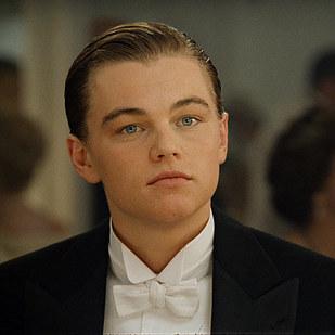 李奧納多·狄卡皮歐 (Leonardo DiCaprio) 飾演傑克道森 Jack Dawson (虛構人物 - 我居然為了虛構人物哭得死去活來...)