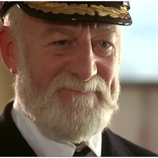 貝納西爾 (Bernard Hill) 飾演 船長愛德華約翰史密斯 (Edward John Smith)