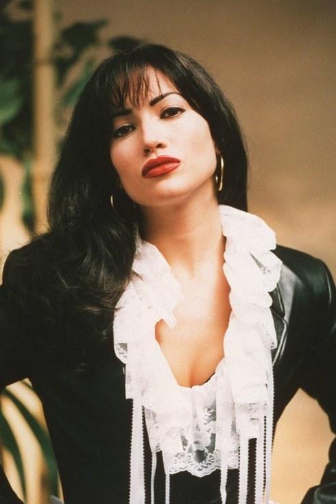 20. 珍妮弗·洛佩茲飾演《哭泣的玫瑰》的莎麗娜 (Jennifer Lopez as Selena Quintanilla in Selena)