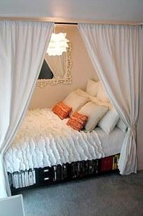 16. 如果你的床鋪是在角落、或是你的房間很小,你可以用窗簾來把它變成一個船型的隱密空間。