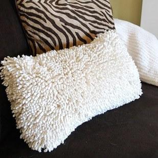 10. 如果你有一些基本的縫紉技巧,那你應該可以將浴室墊子和毯子變成舒服的枕頭套。