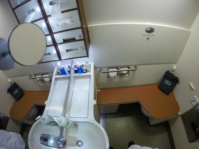 從牆壁可以翻出一張可摺疊的椅子,讓在這樣的小空間內,還是可以坐得很舒適。