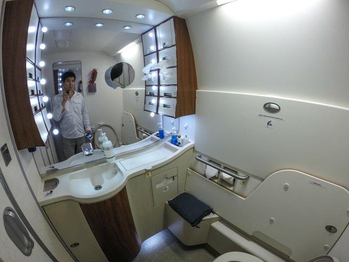 他也決定來檢查浴室,穿上飛機所提供的睡衣。