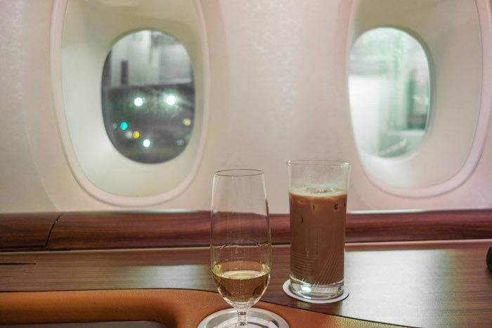 喝了一些Dom Pérignon香檳和冰美錄(Milo),就準備要起飛了。