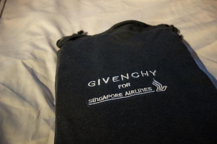 還沒結束呢!所有東西,包括睡衣、拖鞋、枕頭、棉被全部都是紀梵希(Givenchy)的。