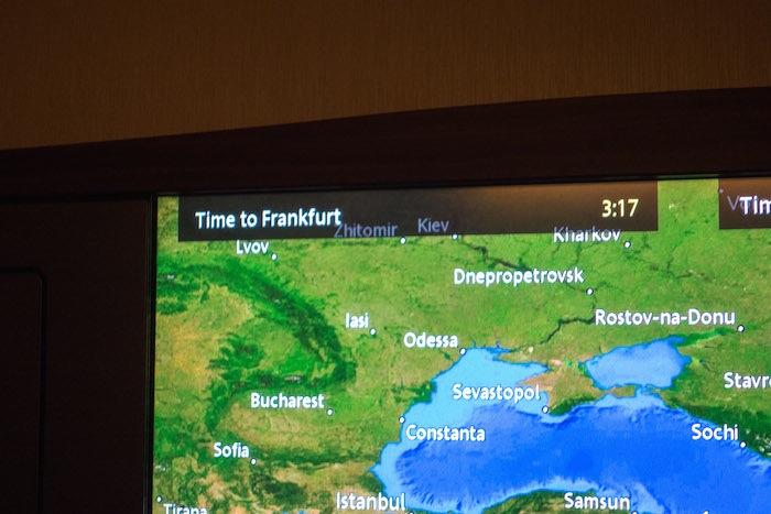 6個小時後他起床了,覺得有些難過。因為他已經飛離法蘭克福(Frankfurt)有6個小時了,價值18.2萬的飛行,他卻在睡覺。