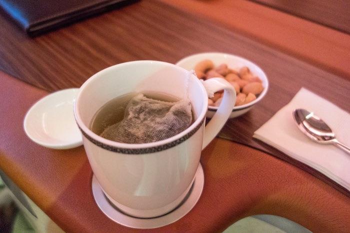 他馬上就灌下那杯咖啡,然後假裝有品嚐他細緻的風味。然後他有點了一些茶,馬上就來了一杯TWG的巴黎-新加坡茶(Paris-Singapore Tea)。
