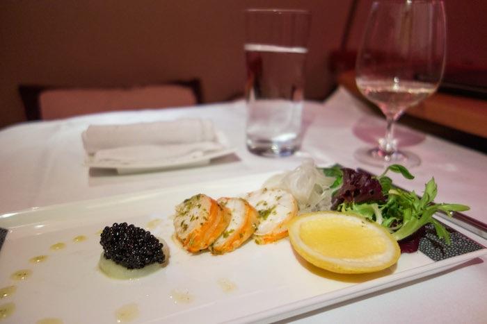 第一道是Malossol 魚子醬、龍蝦小茴香沙拉。然後準備上第2道。