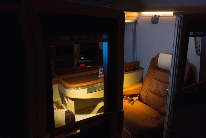 到達他的套房後,燈光是昏暗的,表示是睡眠時刻。然後空服員就將房間變成臥室,經過一些伸縮的操作,一張豪華全尺寸的床就伸展開,佔滿了整個空間。