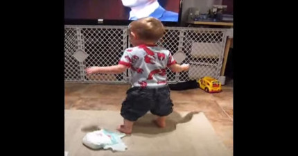 當電視上開始播放一首特定的歌時,這個小男孩會失控開始跳舞!