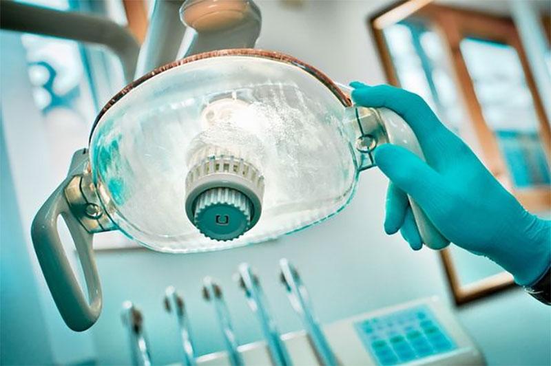 這名牙醫在小女孩的嘴巴裡找到的東西,會提醒你絕對不要小看嘴裡的疼痛。