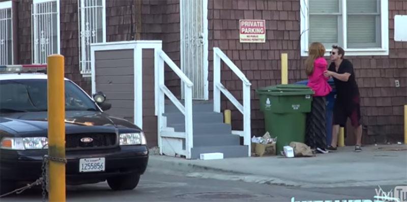 這個人故意在警察面前打他的女朋友。結果警察看到時還笑出來!