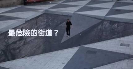 走到一半街頭忽然出現了一個巨大坑洞,這是一個想要害人的陷阱嗎?
