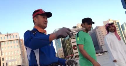 有路人清晨5點突擊城市的某處,捕捉到這位百萬富豪正彎著腰做這樣讓人感動的事情!