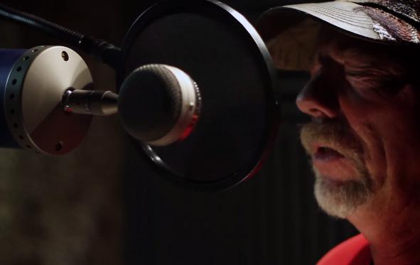 這名謙卑的鄉下老伯說他沒唱過想進錄音室玩一玩,沒想到第一次開口就把一大堆人嚇壞了!