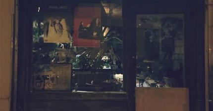 這家神祕的酒吧和裡面近百歲的老奶奶,會帶你進入100年前的巴黎!