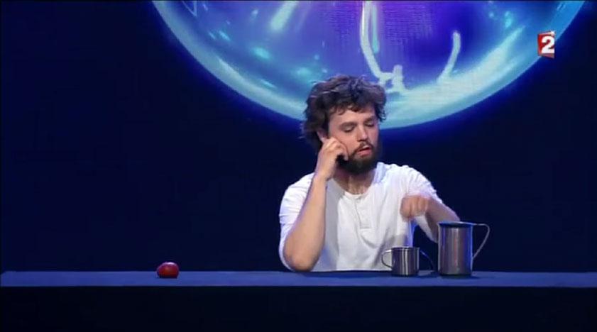 這個法國魔術師只用杯子和球就變出我看過最複雜的魔術。