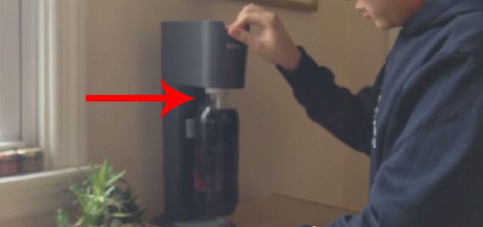 小男孩以為氣泡水機可以把紅酒變成氣泡酒。這就是為什麼你永遠都不該這麼做。