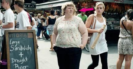 這位身材較胖的攝影師在周圍設置相機,假裝只是剛好路過。她沒想到會拍到這麼多社會病態的照片!