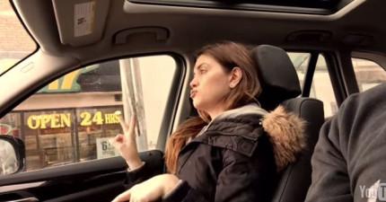 老婆不知道她正在車子裡面被老公偷拍,超可愛耍狠饒舌模樣都被拍下來了!