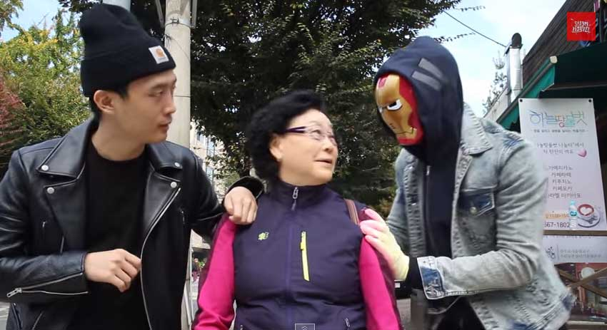 戴著面具的人想要嚇兩個陌生人但沒有成功,直到他把面具摘下來。