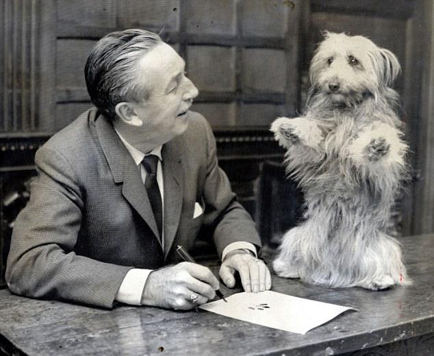 這個故事跟著名的《忠狗巴比傳》(Greyfriars Bobby)裡頭的小狗Bobby也是一樣的。在1858年,Bobby的主人過世,下葬後並沒有立墓碑。但這隻忠犬一樣可以找到他主人的墓地,然後每天守在那邊,一直守到他在1872年過世,整整14年。