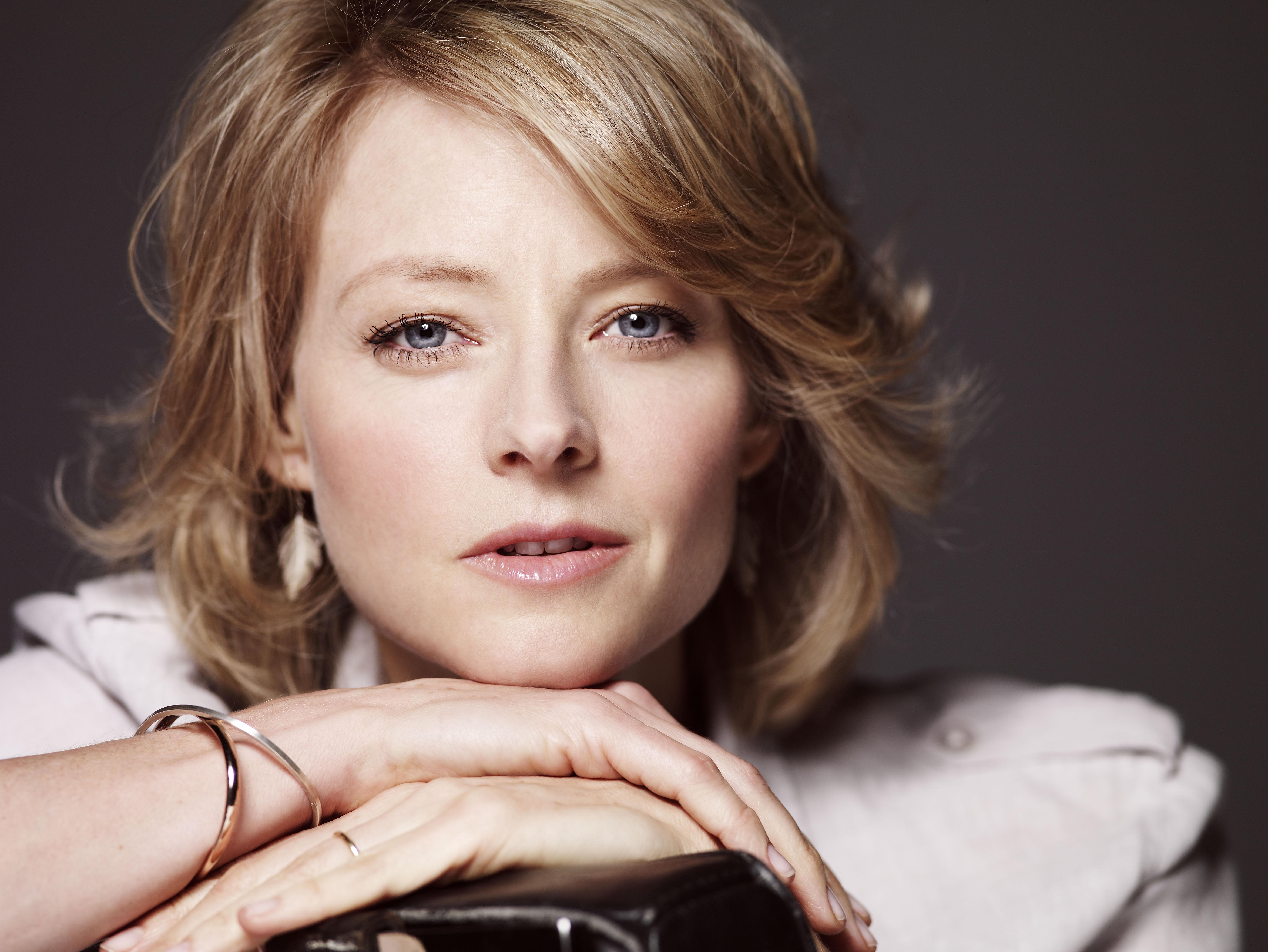 茱蒂·福斯特几十年来一直都和女性恋爱,有趣的是她直到2013年、在金球奖的颁奖典礼上才做出对她性倾向的公开声明,这非常勇敢,而且酷毙了!1993到2008年,茱蒂保持和电影制片人Cydney Bernard的关系,而在2014年4月,她与身为演员、同时也是摄影师的Alexandra Hedison结婚。