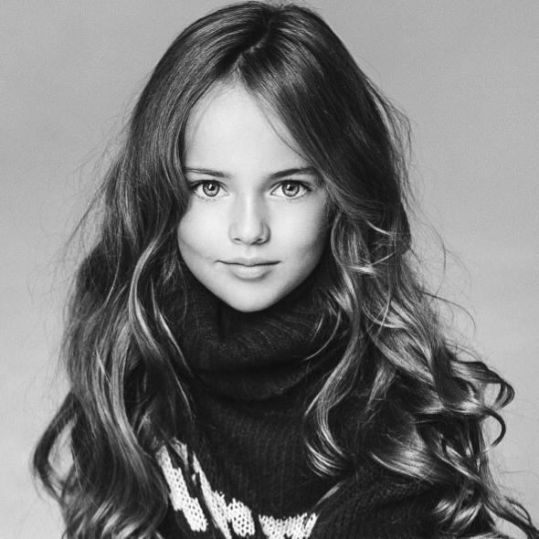 有著金色的長髮、碧藍的雙眼、天使一般的面孔,我們無法否定Kristina真的是個美女。她的母親Glikeriya Shirokova也曾經是個模特兒,似乎也打算利用不同的社群網站要女兒走上這條路。