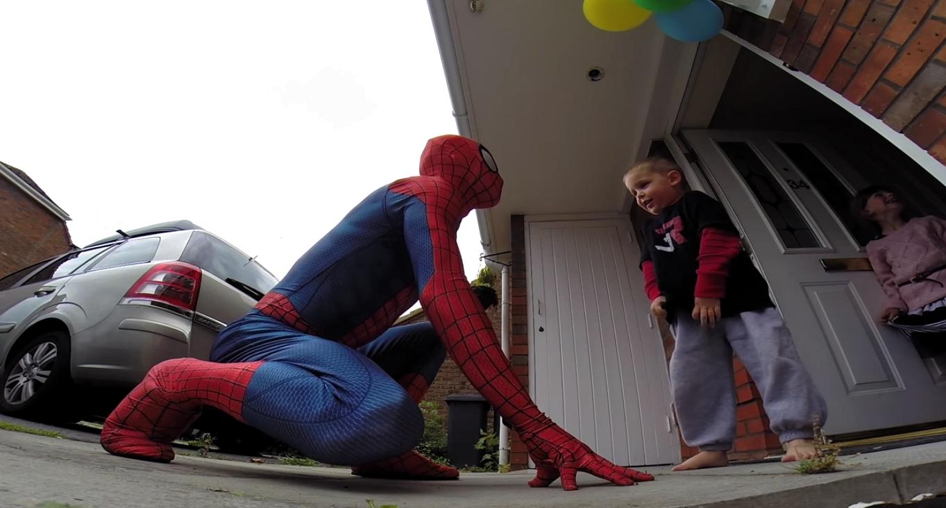 這個爸爸穿成蜘蛛人從屋頂跳下給兒子驚喜,但當中的原因會讓你無比心碎...