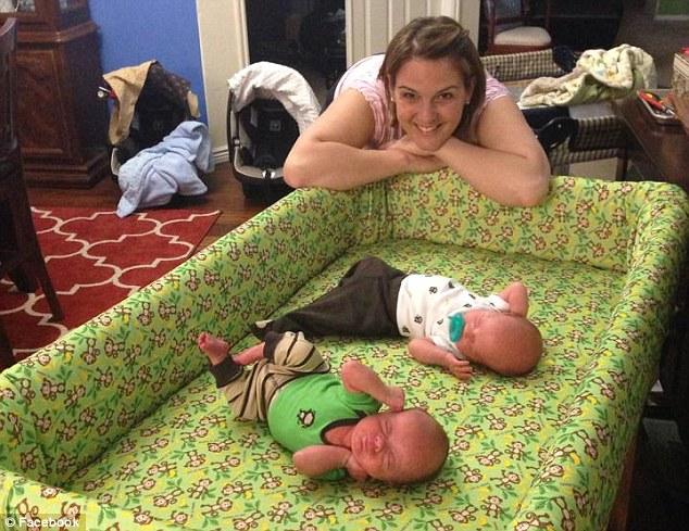 之後,他們決定讓上帝來決定他們要不要有個大家庭。直到今年夏天,Julie做了檢測,才發現自己又懷孕了。對於這樣意外的驚喜,他們兩個都留下了激動的眼淚。