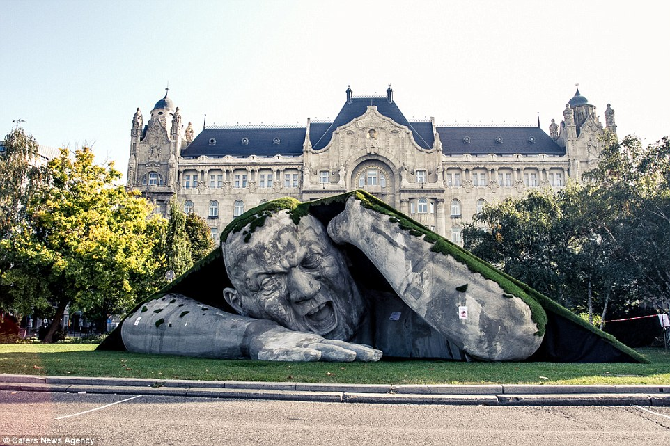 這個從地面裡爬出來的大巨人會提醒你萬萬不要踩在草坪上。