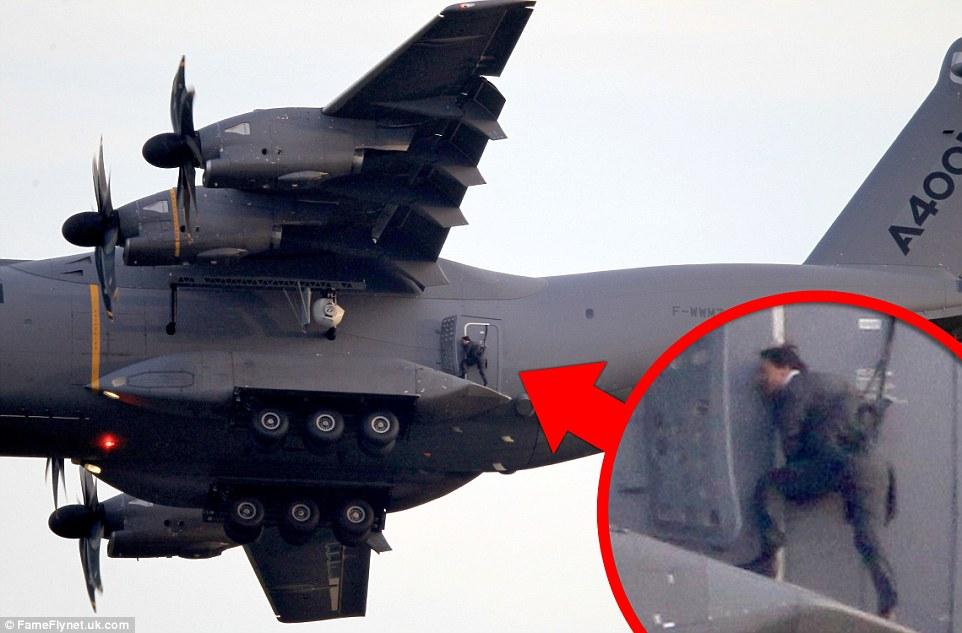 在電影《不可能的任務5》(Mission Impossible 5) 的拍攝過程當中,52歲的阿湯哥 (好,我也看不出來他有50歲了...) 親自在英國鄉間1,524公尺高空上的飛機「外頭」,上演了這個驚險的特技。