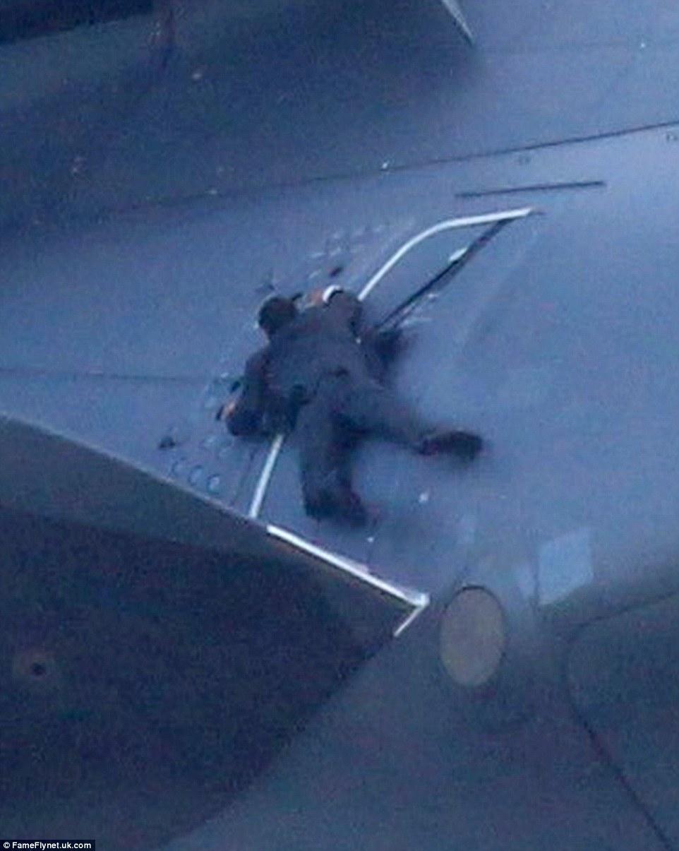 高空中爬在飛機上的人不要命了嗎?!竟然是湯姆克魯斯親自在1524公尺高空搏命演出!