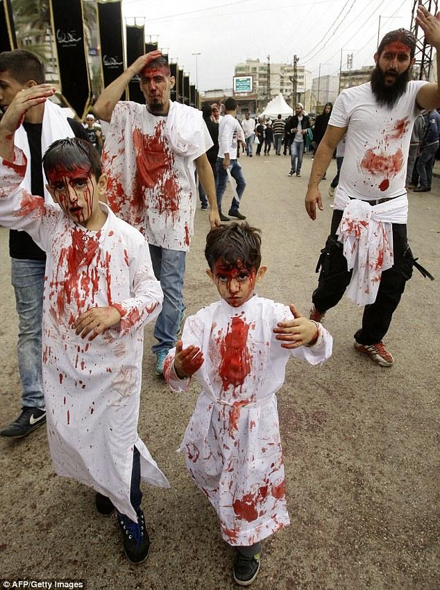 他們抓住小孩,拿刀子將孩子的頭部劃開,迸出鮮血…但這不是恐怖片,而是個超令人吃驚的宗教祭典!