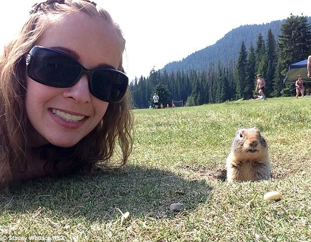 她費盡千辛萬苦在草地上爬行,終於拍到了這張最可愛的無敵自拍照。