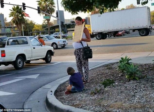 一對楚楚可憐的母子在賣場旁乞討,在得到路人的捐款後,他們轉身就進了賓士。