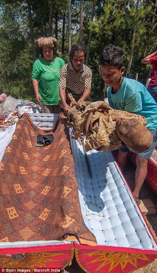 儀式中亡者的棺木也將更換成新的。